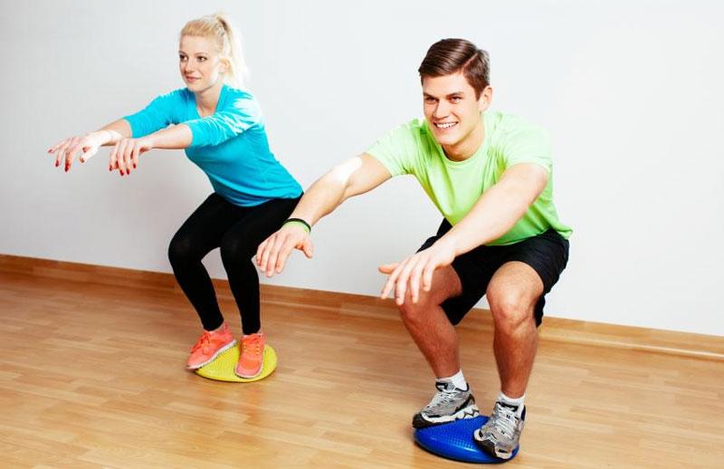 Qu'est ce que le système postural et comment est il lié aux informations podales ?